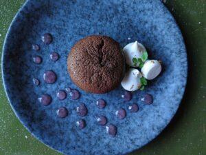 Chokoladefondant med broken gel af rabarber